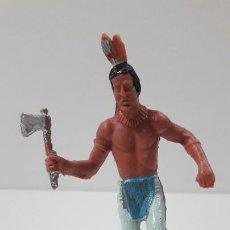 Figuras de Goma y PVC: GUERRERO INDIO ATACANDO CON HACHA . ORIGINAL AÑOS 60 / 70 . ALTURA TOTAL 8,5 CM. Lote 269610713