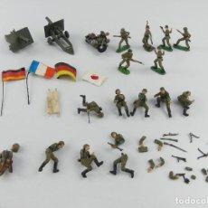 Figuras de Goma y PVC: LOTE DE SOLDADOS BANDERAS PIEZAS DE PVC CON CAÑONES DE METAL. Lote 276056878