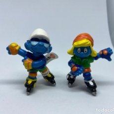 Figuras de Goma y PVC: PITUFO Y PITUFINA PATINADORES - SCHLEICH. Lote 277518873