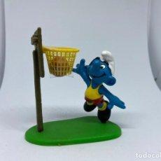 Figuras de Goma y PVC: PITUFO JUGANDO AL BALONCESTO - BASKET - SCHLEICH. Lote 277520033