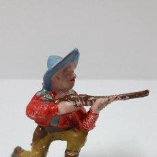 Figuras de Goma y PVC: VAQUERO EN POSICION DE DISPARO RODILLA EN TIERRA . REALIZADO POR ALCA - CAPELL . AÑOS 50 EN GOMA. Lote 277640783
