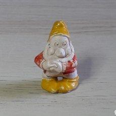 Figuras de Goma y PVC: FIGURA ENANITO SERIE BLANCANIEVES, FABRICADO EN GOMA, PECH HERMANOS, ORIGINAL AÑOS 50.. Lote 277851498