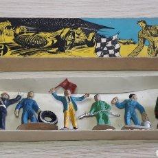 Figuras de Goma y PVC: FIGURAS GARAJE, GRAN PRIX, ESTACIÓN SERVICIO, 3 CMS, ESC 1/43 GOMA, PECH HERMANOS BARCELONA, AÑOS 50. Lote 277853858