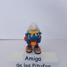 Figuras de Goma y PVC: PITUFO EXCURSIONISTA - CON MOCHILA VERDE - PEYO - SCHLEICH. Lote 278192673