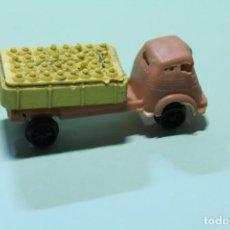 Figuras de Goma y PVC: PEQUEÑO CAMION DE PLASTICO CON BOMBONAS. JUGUETE. TIPO MONTAPLEX O SIMILAR. 75 MM APROX. AÑOS 60.. Lote 278372908