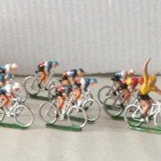 Figuras de Goma y PVC: CICLISTAS, COCHE MEGAFONÍA Y COCHE PORTA BICICLETAS. SOTORRES. AÑOS 60. Lote 278402908