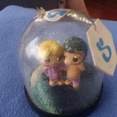Figuras de Goma y PVC: BOLA DE NIEVE CON FIGURA PVC PAREJA DE ENAMORADOS NOVIOS LOVE IS COMIC SPAIN. Lote 284294008