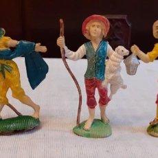 Figuras de Goma y PVC: TRES FIGURAS DE PLÁSTICO DURO, ANTIGUAS DE BELÉN, 9 CM.. Lote 286535263