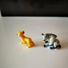 Figuras Kinder: 2 FIGURAS KINDER REY LEON SIMBA HIENA NESTLE TIPO MINIATURA PVC ANIMALES FIGURITA SORPRESA. Lote 286991028