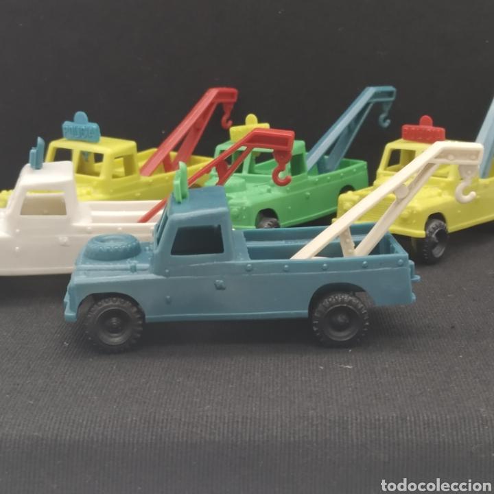 Figuras de Goma y PVC: Lote de 5 antiguos Land Rover grúa Policía años 70 - Foto 2 - 287620718