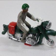 Figuras de Goma y PVC: MOTORISTA . REALIZADO POR M. SOTORRES . VUELTA CICLISTA . ORIGINAL AÑOS 60. Lote 292305193