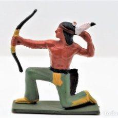 Figuras de Goma y PVC: ANTIGUA FIGURA DE GUERRERO INDIO CON ARCO. MARCA CON SELLO EN LA PEANA STARLUX.. Lote 294075798