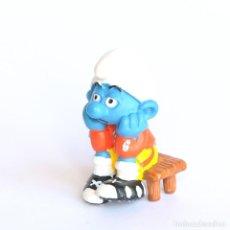 Figuras de Goma y PVC: PITUFO SENTADO EN EL BANQUILLO (FUTBOL)- SCHLEICH- PEYO 2003. Lote 294096513