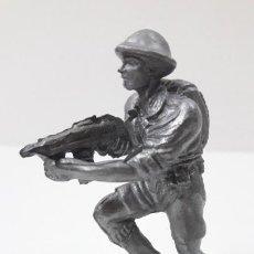 Figuras de Goma y PVC: SOLDADO INGLES CON METRALLETA . POSIBLEMENTE REALIZADO POR PECH . AÑOS 50 EN GOMA. Lote 294840663