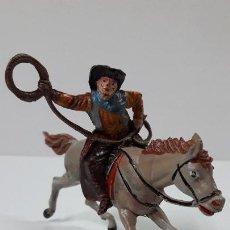 Figuras de Goma y PVC: VAQUERO CON LAZO A CABALLO . REALIZADO POR TEIXIDO . ORIGINAL AÑOS 50 EN GOMA . LEER DESCRIPCION. Lote 296707863