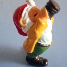 Figuras Kinder: KINDER SORPRESA ENANOS GNOMOS EN EL JARDIN ENANO GNOMO BEBIENDO CERVEZA 1992. Lote 95604839