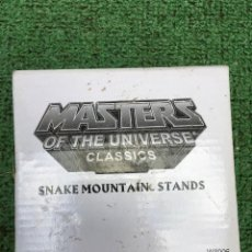 Figuras Masters del Universo: NUEVO SNAKE MOUNTAIN STANDS MASTERS OF THE UNIVERSE UNIVERSO HE MAN SKELETOR. Lote 229780495