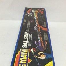 Figuras Masters del Universo: MATTEL: HE-MAN SKULL STAFF ELECTRÓNICA EN CAJA .AÑOS 90. NUEVA!!!. Lote 232026240