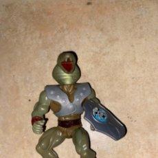 Figuras Masters del Universo: MUÑECO BOOTLEG SNAKE MAN JUYVA CON ESCUDO. Lote 236746670