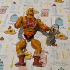 Figuras Masters del Universo: HE-MAN THUNDER PUNCH MOTU Y ESCUDO SPAIN 1984. GOMAS DE LAS PIERNAS ROTAS.. Lote 289246498