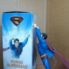 Figuras y Muñecos DC: FIGURA VOLADORA ELECTRONICA 27 CMS - SUPERMAN DC WB GIOCHI PREZIOSI ¡¡ COMO NUEVO Y FUNCIONANDO ¡¡. Lote 31612302