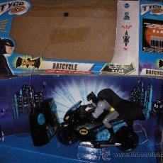 Figuras y Muñecos DC: BATMAN CON MANTO EN TELA EN SU MOTO DE RADIO CONTROL . Lote 38505859