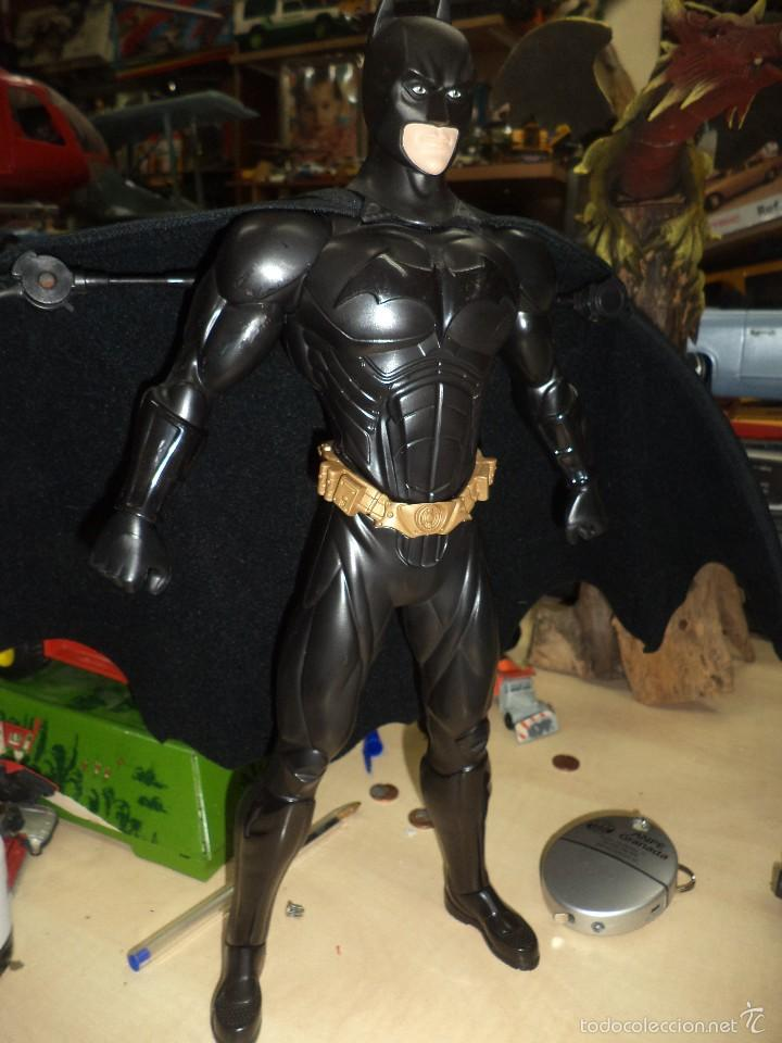 BATMAN - MATTEL DC CÓMICS.DARK KNIGHT.ACTION CAPE.MUÑECO ARTICULADO DE 35 CM DE ALTO. (Juguetes - Figuras de Acción - DC)