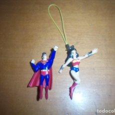 Figuras y Muñecos DC: 2 MINI FIGURAS DE GOMA SUPERMAN Y WONDERWOMAN PARA COLGAR. ALTURA : 5 CMS.. Lote 99284023