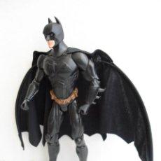 Figuras y Muñecos DC: BATMAN - DC COMICS - FIGURA DE 35 CM ARTICULADA CON CAPA EXTENSIBLE. Lote 143771322