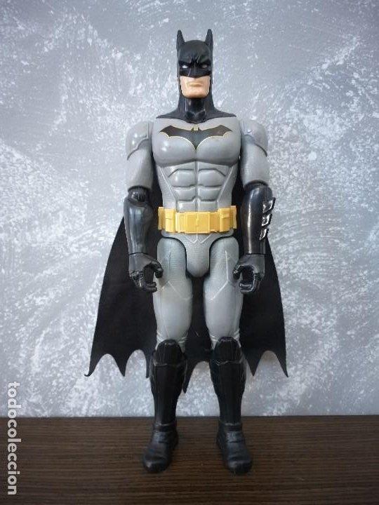 FIGURA DE ACCION BATMAN 30 CM NEGRO GRIS CAPA DE TELA DC COMICS (Juguetes - Figuras de Acción - DC)