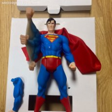 Figuras y Muñecos DC: SUPERMAN 1/10 SÚPER POWERS EN SU CAJA CON BRAZO INTERCAMBIABLE. Lote 293990873