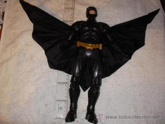 MUÑECO BATMAN DE GRAN TAMAÑO +-35 CM CON SISTEMA DE RECOGIDA DE ALAS (Juguetes - Figuras de Acción - Marvel)
