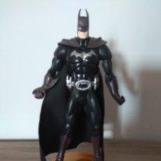Figuras y Muñecos Marvel: FIGURA DE BATMAN EL CABALLERO OSCURO DE PVC, CON BASE. Lote 130123719