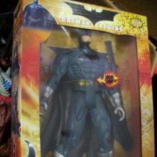 Figuras y Muñecos Marvel: ANTIGUA FIGURA DE ACCION BATMAN BEGIN CON LUZ EN SU CAJA MEDIANO +- 17 CM CON ARMAS NUEVO SIN USAR. Lote 161926346