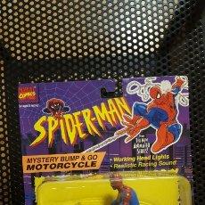 Figuras y Muñecos Marvel: FIGURA - SPIDER-MAN CON MOTO - SPIDERMAN - MYSTERY BUMP & GO MOTORCYCLE - TOY BIZ. Lote 178955000