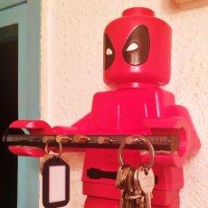 Figuras y Muñecos Marvel: PORTALLAVES PARED FIGURA LEGO DEADPOOL 38CM. Lote 181641378