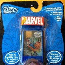 Figuras y Muñecos Marvel: JUGUETE ANILLO SUPERHEROES © 2004 MARVEL COMICS SPIDERMAN METAL FLICKER TOY RING # 5 NUEVO BLISTER. Lote 184750923