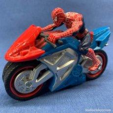 Figuras y Muñecos Marvel: MOTO SPIDER MAN - SPIDERMAN CON MOTO - AÑO 2007 - MARVEL . HASBRO - FUNCIONA - 15CM X 8CM. Lote 233075880