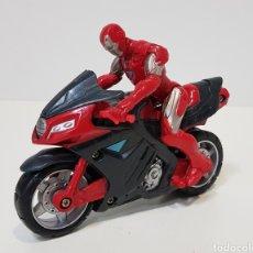 Figuras y Muñecos Marvel: IRON MAN CON MOTO - 2011 MARVEL - HASBRO - MUY BUEN ESTADO. Lote 229881905
