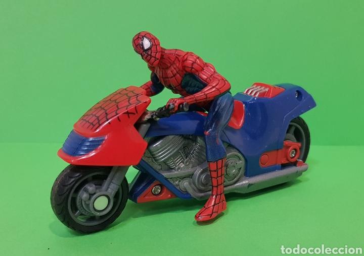 Figuras y Muñecos Marvel: SPIDERMAN CON MOTO DE FRICCIÓN / HASBRO, año 2010 - Foto 2 - 260426085