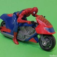 Figuras y Muñecos Marvel: SPIDERMAN CON MOTO DE FRICCIÓN / HASBRO, AÑO 2010. Lote 260426085