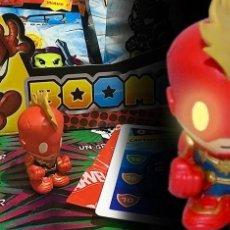 Figurines et Jouets Marvel: BOOMEZ CAPTAIN MARVEL BRILLA EN LA OSCURIDAD CON DADO Y CARTA. Lote 272014528