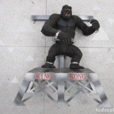 Figuras y Muñecos Mcfarlane: FIGURA KING KONG CON PALATAFORMA - MCFARLANE AÑO 2000 - 35 CM -MUY BUEN ESTADO. Lote 241869000