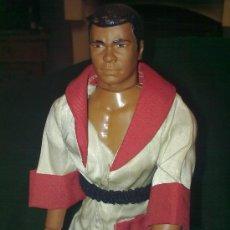 Figuras y Muñecos Mego: MEGO - MUHAMAD ALI (1977) - RARO - CON MECANISMO EN BRAZO- 9´´- 22 CMS.. Lote 17240505