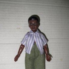 Figuras y Muñecos Mego: ANTIGUA Y MUY RARA FIGURA DE NIÑO NEGRITO ORIGINAL MEGO CON EQUIPO ORIGINAL - AÑO 1975.. Lote 45012799