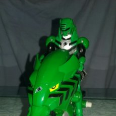 Figuras y Muñecos Power Rangers: POWER RANGER VERDE EN MOTOSALVAJE. Lote 98413358