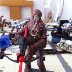 Figuras y Muñecos Star Wars: CHEWBACCA CON MÁSCARA DE OXIGENO Y BALLESTA WOOKIEE. JUGADO POR MI HIJO.. Lote 52383860