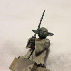 Figuras y Muñecos Star Wars: MARAVILLOSA MINIATURA MAESTRO YODA EN METAL Y PIRITA NATURAL.PIEZA ÚNICA.. Lote 110688115