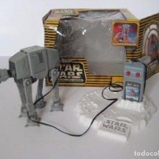 Figuras y Muñecos Star Wars: NAVE IMPERIAL AT-AT MICROMACHINES CON CAJA Y MANDO, BUEN ESTADO. Lote 140053342