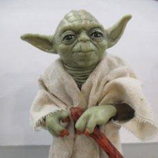 Figuras y Muñecos Star Wars: STAR WARS - YODA JEDI MASTER - RESINA Y CHAQUETA DE TELA - NUEVO -12 CM. Lote 173895327